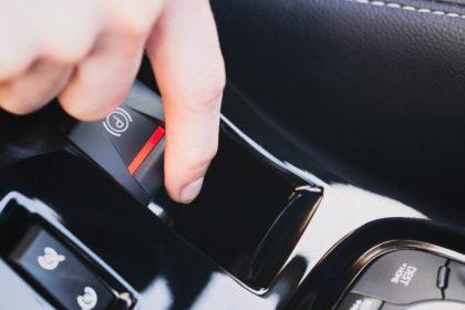 Cum este mai bine sa lasi masina in parcare? Cu frana de mana trasa sau in viteza?