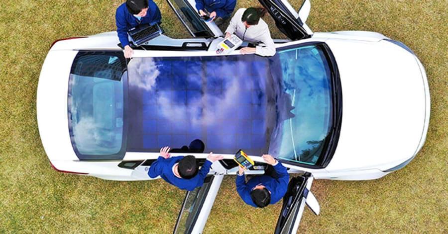Masini cu panouri solare pe plafon. Industria auto trece la nivelul urmator.