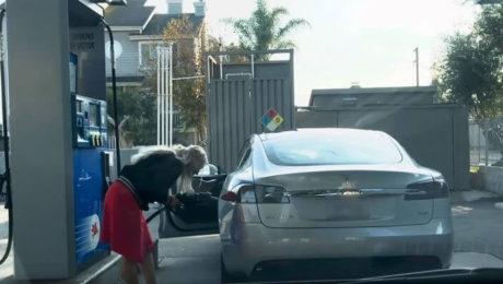 Pare un banc cu blonde, dar nu e! Ce face o blonda cu masina electrica in BENZINARIE!