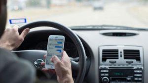 tentie soferi! Dacă ții telefonul în mână când conduci, rămâi fără permis!