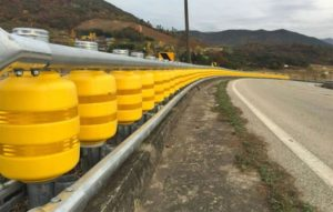 Compania de Drumuri montează pe DN7 parapete rutiere pe rulouri!