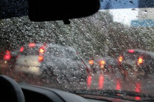 5 sfaturi pentru siguranţa la volan pe timp de ploaie!