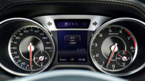 Verificați odometrul mașinii cu privire la kilometraj.